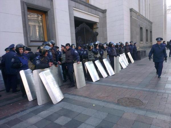У Рады - несколько сотен правоохранителей. Фото