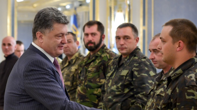 Порошенко выступает против приватизации военного жилья