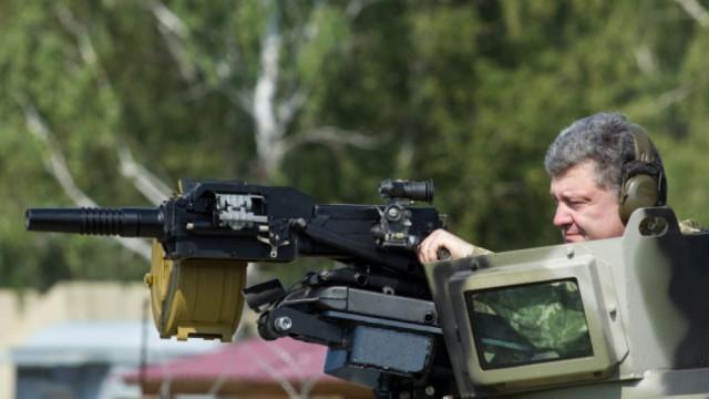 Петр Порошенко смотрит в прицел пулемета