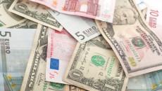 Доллар стабилен в паре с евро и иеной