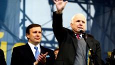 Сенаторы Кристофер Мерфи (слева) и Джон Маккейн на Майдане в 2014 г.