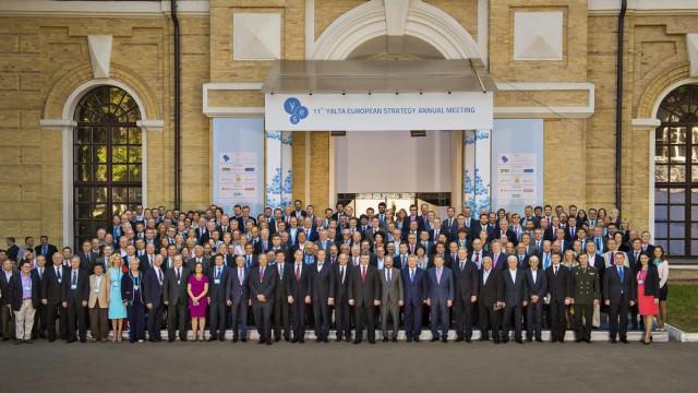 Групповая фотография участников ежегодной встречи Ялтинской Европейской Стратегии.  Киев, сентябрь, 2014.