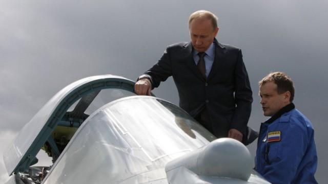 Владимир Путин осматривает новый МиГ