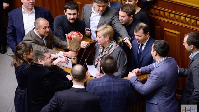 Депутаты выстраиваются в очередь, чтобы поздравить Гонтареву с 8 марта. Фото: Delo.ua