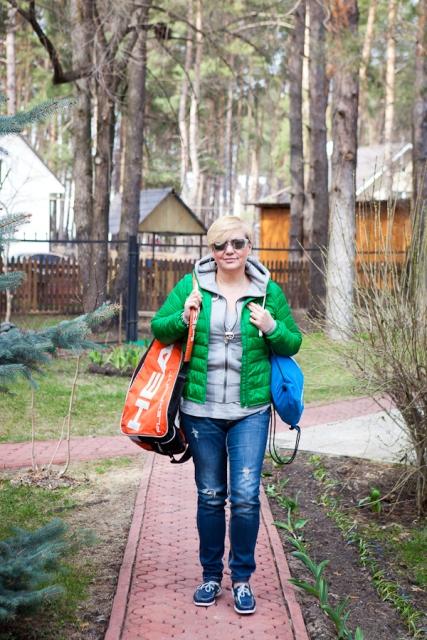 Валерия Гонтарева возвращается из спорт-клуба