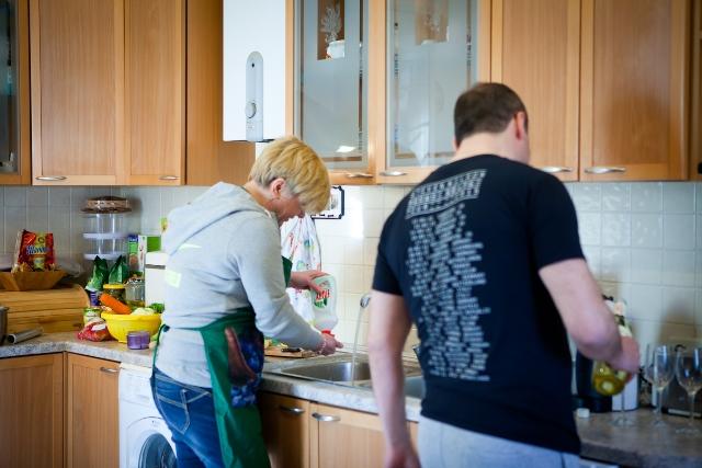 Валерия Гонтарева моет посуду, муж наливает вино гостям
