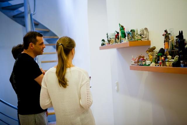 Олег и Никита Гонтаревы проводят экскурсию домом