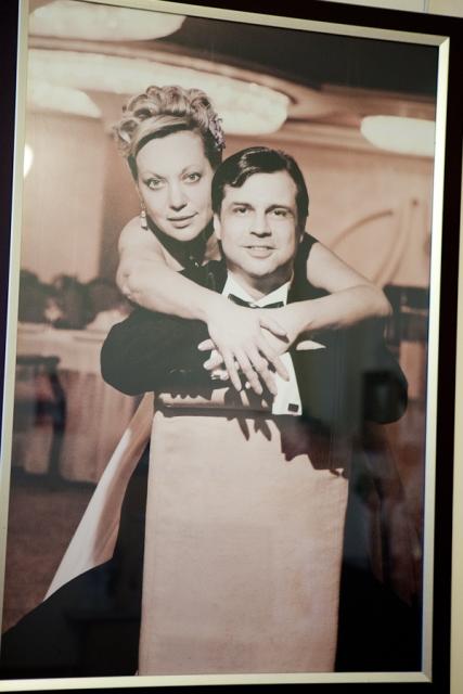 Большое фото с юбилея свадьбы висит в гостиной