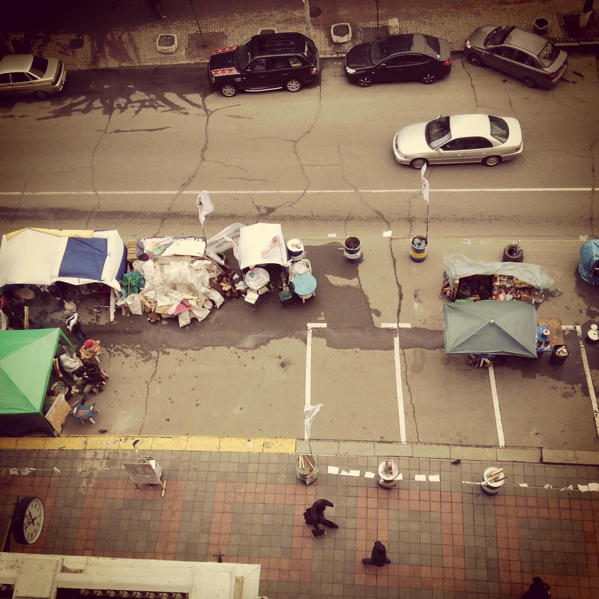 Вид из окна главы Нацбанка. В палатках скучают валютные заемщики