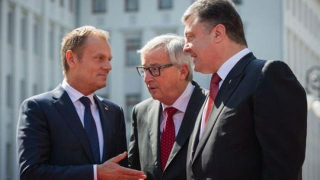 Петр Порошенко, президент Еврокомиссии Жан-Клод Юнкер (в центре) и президент Европейского совета Дональд Туск