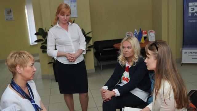 Менеджер Алена (слева направо), начальник отделения Виктория Палош, начальник управления по связям с общественностью Оксана Алиева, Леся Войтицкая