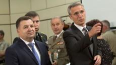 Глава МО Украины (слева) Степан Полторак и генсек НАТО Йенс Столтенберг