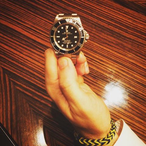 Вместе с Rolex Пивоварский носит браслет из желто-синих резиночек