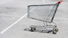 Пустая тележка на парковке торгового центра