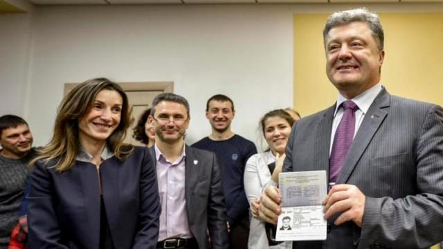 Петр Порошенко получил биометрический паспорт