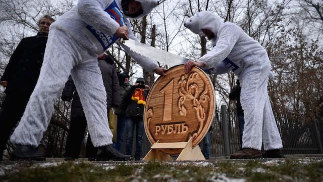 Нефть дешевеет, рубль падает