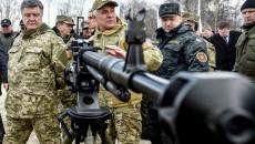 Петр Порошенко осматривает оружие отечественного производства