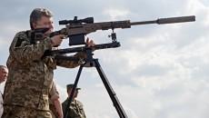 Петр Порошенко тестирует снайперскую винтовку
