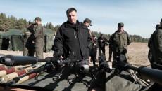 Арсен Аваков осматривает снайперские винтовки НГ