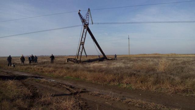 Энергоблокада Крыма: Ремонтники начали замену разрушенной опоры ЛЭП