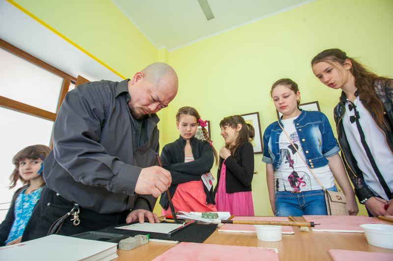 Урок каллиграфии от японских мастеров в детском центре