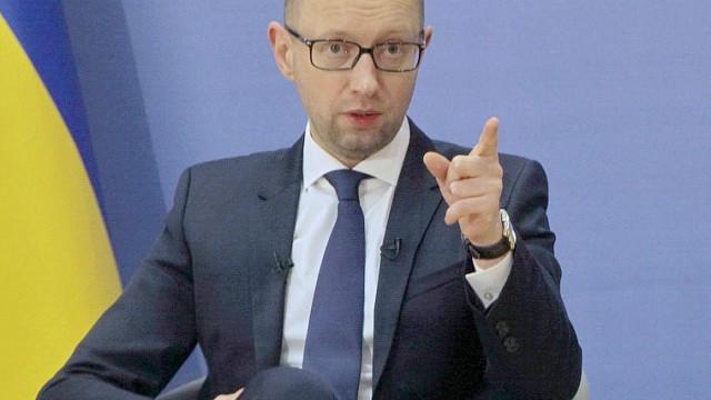 Нет оснований снимать санкции Запада с РФ, - Яценюк
