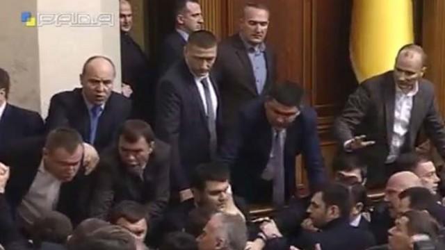 Депутаты сорвали выступление Яценюка, устроив драку