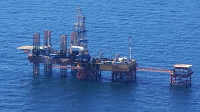 Россия устанавливает платформу в морской экономической зоне Украины