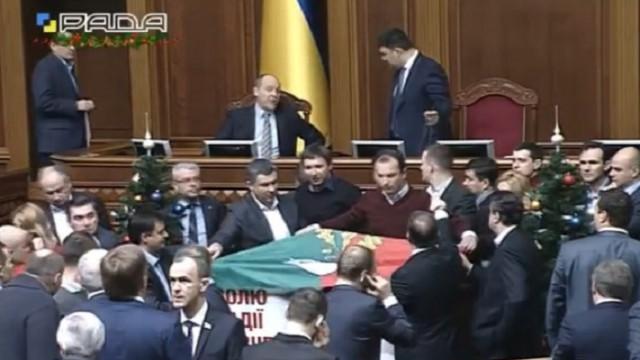 Депутаты заблокировали трибуну Рады