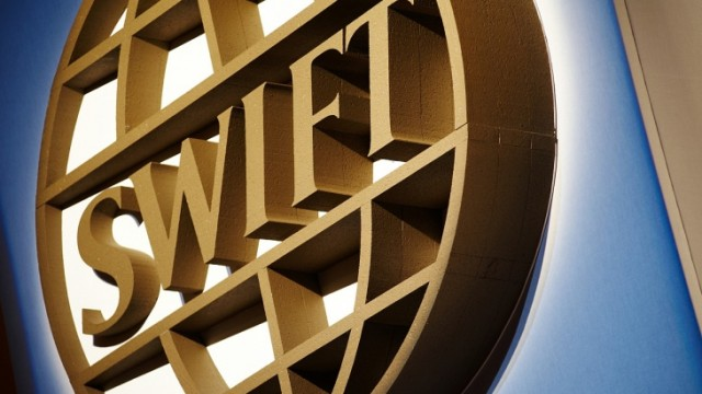 Российские банки начинают отключать от системы SWIFT