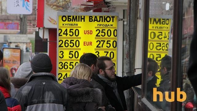 Лимит на продажу валюты населению повышен до 12 тыс. грн