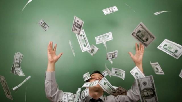 Кабмин повысил минимальную зарплату госслужащим