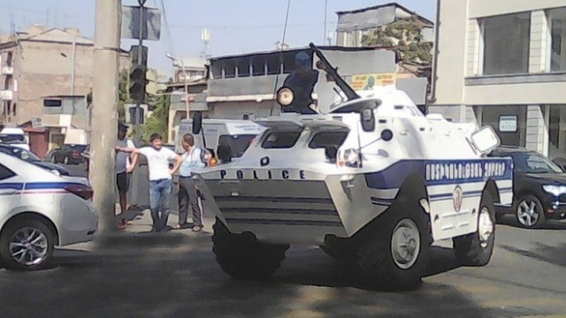 В Ереване второй день блокируется полицейский участок