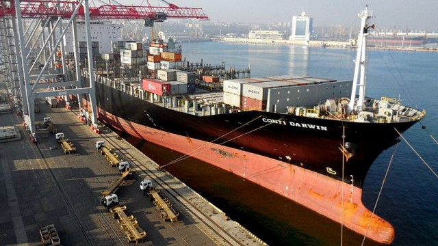 В Одесском порту идет одновременная обработка двух гигантских контейнеровозов