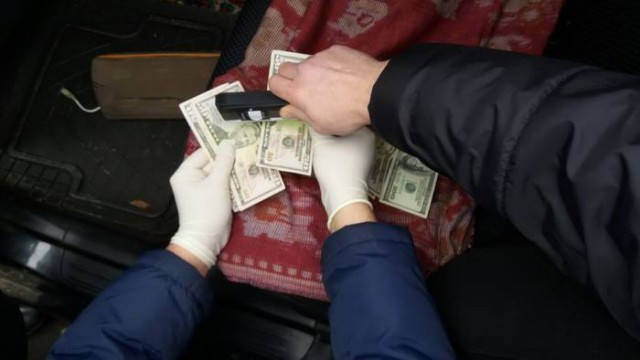 Во Львове на взятке задержали работника исполнительной службы