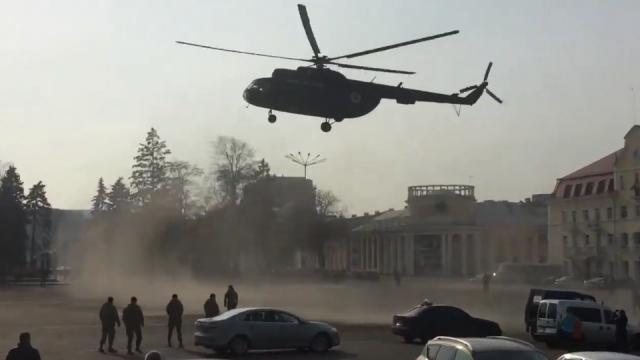 В центре Чернигова приземлился военный вертолет, чтобы подобрать генерала (ВИДЕО)