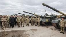 Порошенко передал военным 200 единиц техники