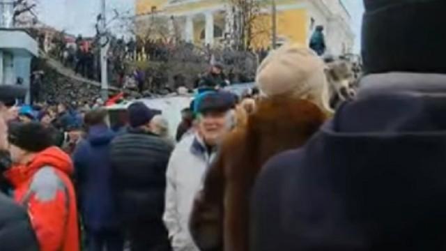 Сторонники Саакашвили блокируют авто силовиков с экс-губернатором