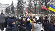 Под парламентом активисты дрались с полицией