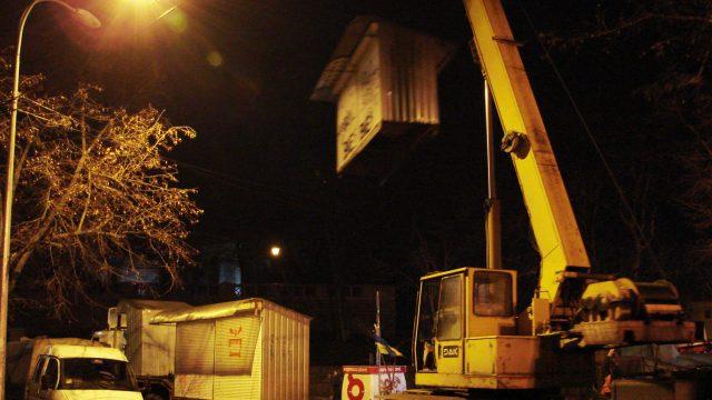 В Киеве на Андреевском спуске демонтировали ларьки с российскими матрешками