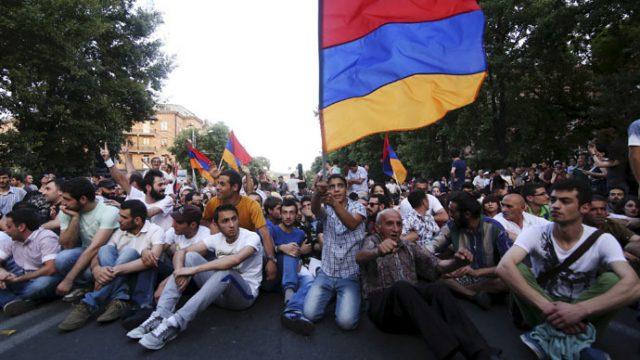 В Армении начались новые митинги