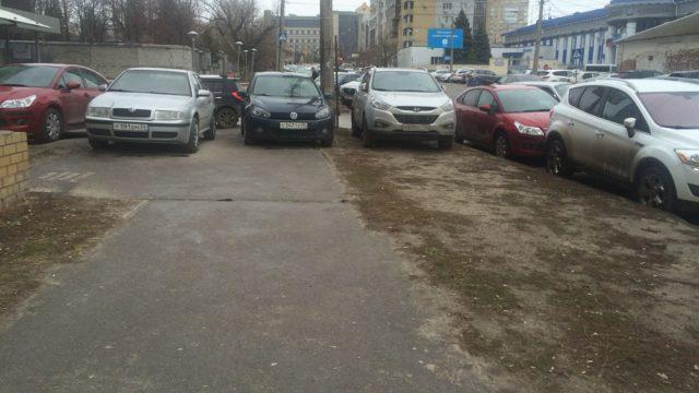 В Украине запретят временные автостоянки на тротуарах