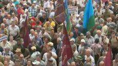 Митингующие пытаются прорваться в здание Рады
