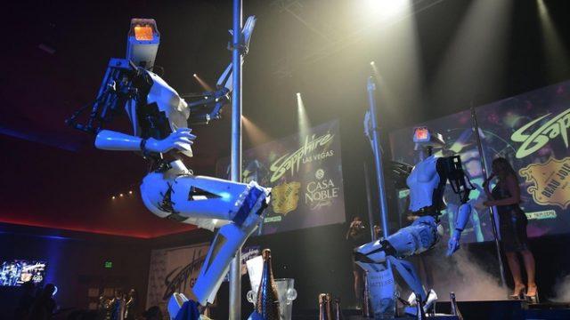 Роботы вытесняют официантов и стриптизеров