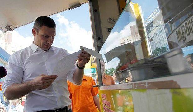 В Киеве массово сносят киоски с шаурмой