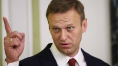 Навальному сломали палец
