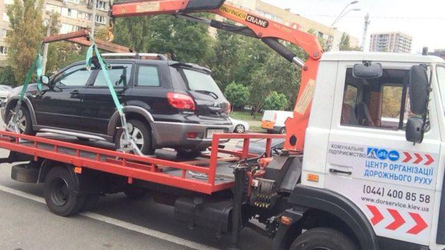 В Киеве начали активно эвакуировать авто нарушителей