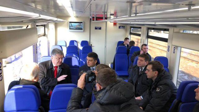 Порошенко с Гройсманом съездили на рельсобусе в Борисполь