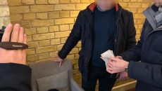 В столице чиновник УЗ попался на взятке