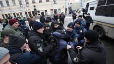 Следователи установили личность полицейского, который бил ногами активистов